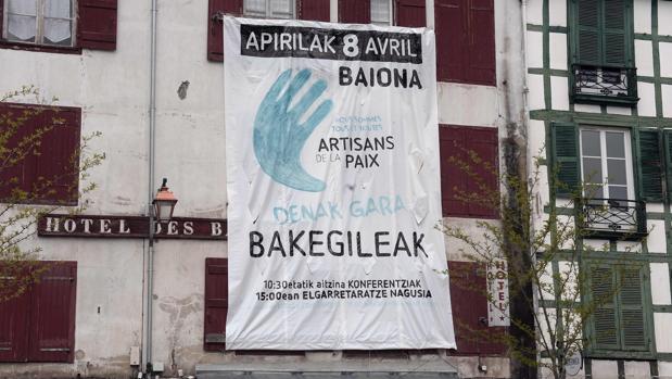 Pancarta del desarme de Bayona, que tendrá lugar el próximo sábado