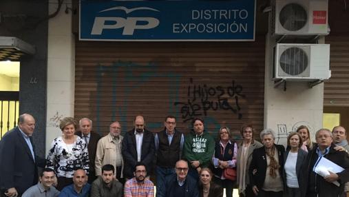 Imagen de militantes del PP junto a su sede