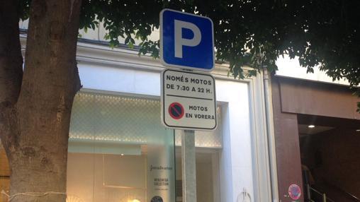 Imagen de una señal en valenciano en la céntric calle Colón