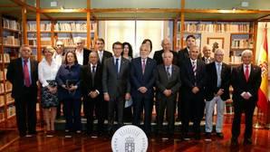Feijóo y Santalices entregaron las medallas del Parlamento autonómico a la «Comisión dos 16»