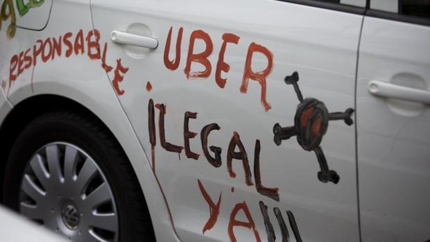Una pintada contra Uber en una protesta contra los VTC