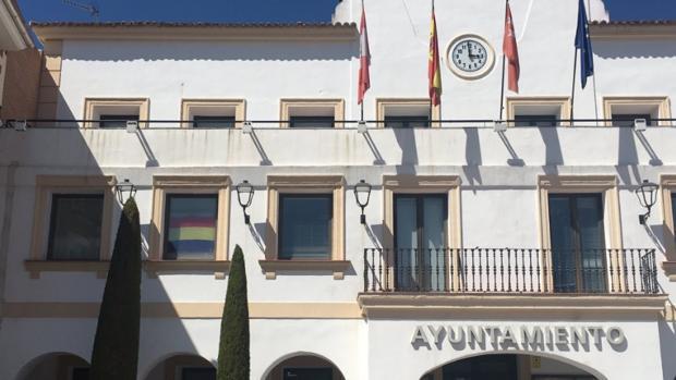 Hemeroteca: Colocan una bandera republicana en el Ayuntamiento socialista de San Sebastián de los Reyes   Autor del artículo: Finanzas.com