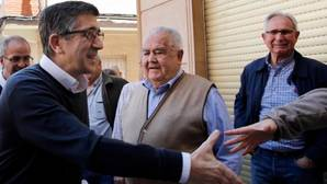 Patxi López saluda a su llegada al encuentro con militantes socialistas en Benifaió