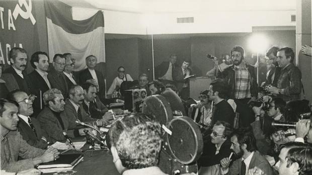 Santiago Carrillo, durante una rueda de prensa en abril de 1977