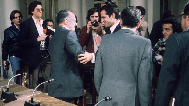 Saludo entre Suárez y Carrillo tras la firma de los Pactos de La Moncloa, en 1977