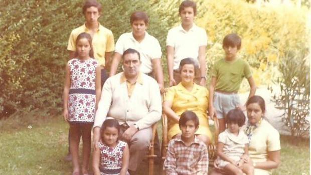 Maite -primera por la izquierda, de pie-, junto a sus padres y sus ocho hermanos