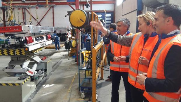 La consejera aragonesa de Economía, en la factoría de Schmitz Cargobull junto a directivos de la compañía