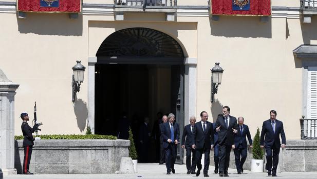 Rajoy charla con Hollande, mientras se dirigen, junto al resto de líderes del sur de la UE, a la foto de familia en El Pardo