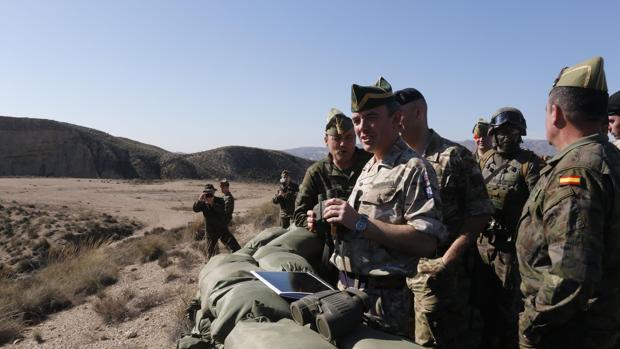 Un mando británico verifica las capacidades de La Legión el pasado febrero