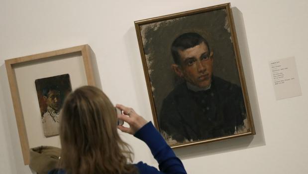 Una mujer observa hoy en el Museo Picasso de Barcelona las obras «Autorretrato», de Pablo Picasso 1896 (i), y «Pablo Picasso», de Ramón Riu 1895-1896 (d), d