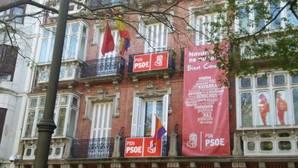 El PSOE de Navarra coloca la bandera republicana en su sede