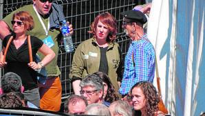 El «carnicero de Mondragón» y la presidenta del Parlamento foral, durante la charla