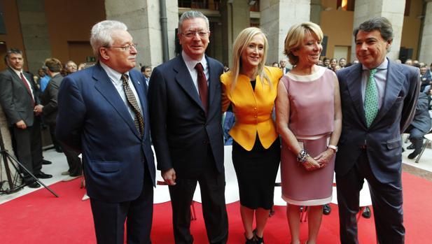 La presidenta Cifuentes, junto a los cuatro ex presidentes regionales: de izq. a derecha, Joaquín Leguina, Alberto Ruiz-Gallardón, Esperanza Aguirre e Ignacio González