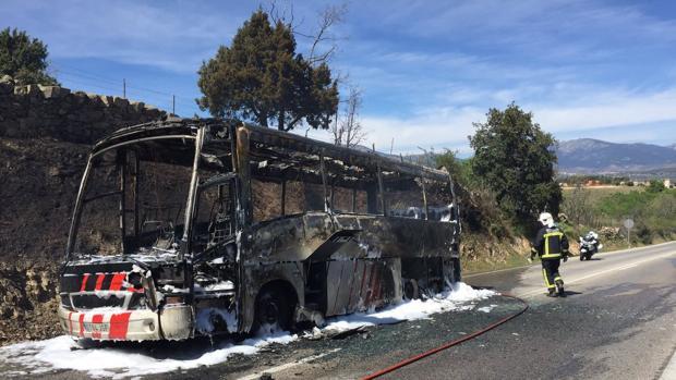 Los bomberos sofocan las llamas del autobús donde iba un coro hacia San Lorenzo de El Escorial