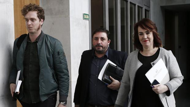 La presidenta del Parlamento de Navarra Ainhoa Aznarez y los miembros de la Mesa, Unai Hualde y Maiorga Ramirez