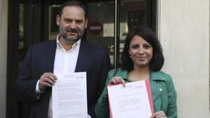 Los miembros del equipo de Pedro Sánchez, el secretario provincial del PSOE en Valencia, José Luis Ábalos, y la diputada del PSOE por Asturias Adriana Lastra