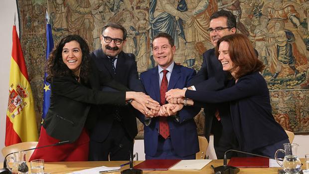 Momento de la firma del convenio entre la Junta y la Fundación Amancio Ortega