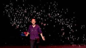 El ilusionista David Vega, durante uno de sus números