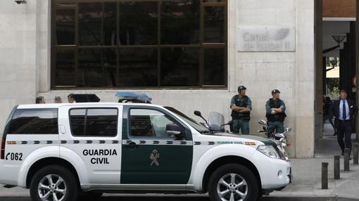 Agentes de la Guardia Civil ante la sede de Canal de Isabel II