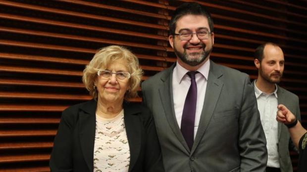La alcaldesa de Madrid, Manuela Carmena, y el delegado de Economía y Hacienda, Carlos Sánchez Mato