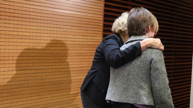 La portavoz del PSOE en el Ayuntamiento, Purificación Causapié, junto a Manuela Carmena