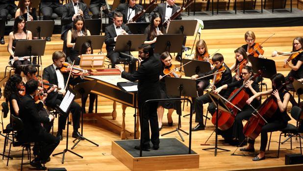 La Joven Orquesta de Valladolid, dirigida por Ernesto Monsalve, en uno de sus conciertos