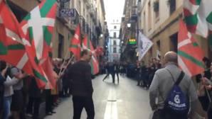 Vítores, aplausos y «pasillito»: así recibieron decenas radicales a un exrecluso de ETA en San Sebastián