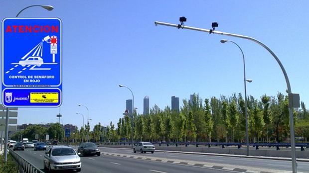 La avenida de la Ilustración, uno de los puntos de la capital donde se encuentran los llamados foto-rojos