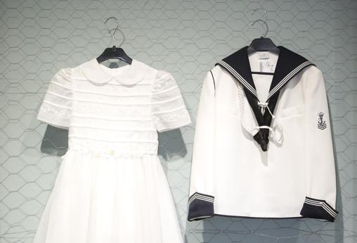 Imagen de dos de los trajes a la venta