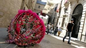 Decoración floral en rojo carmesí que el año pasado adornó las calles del Casco