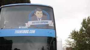 El tramabús recorrerá las calles de Madrid con el rostro del expresidente madrileño Ignacio González como «invitado especial»