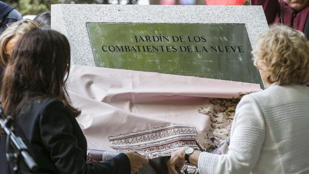 Manuela Carmena y Anne Hidalgo, de espaldas, descubren el monolito de La Nueve