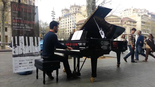 Un joven participa en la actividad en Barcelona