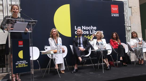 La actriz Irene Escolar, y las escritoras Marta Robles, Carmen Garijo y Marta Galatas, durante la presentación