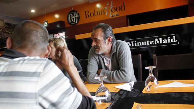 Usuarios esperando a que se sirva la cena en el restaurante Robin Hood