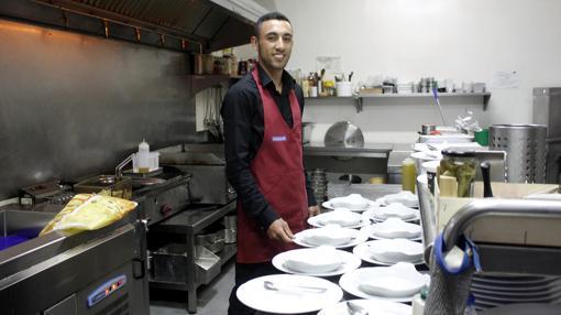 Uno de los camareros que trabaja en el restaurante Robin Hood