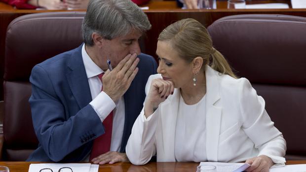 Ángel Garrido y Cristina Cifuentes conversan en la Asamblea