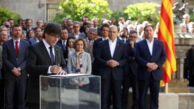 Puigdemont, en el momento de firmar el documento