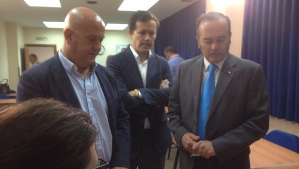 Emilio Bravo y Carlos Velázquez acompañan a José Julián Gregorio a la entrega de los avales