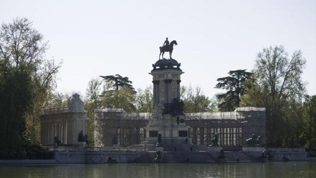 El monumento a Alfonso XII en el estanque grande del Retiro