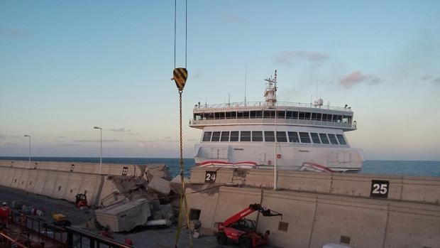 V deo la pericia del capit n de un ferry evita una for Horario oficina naviera armas las palmas