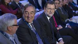 Mariano Rajoy, junto a Juan Rosell, en la asamblea general de la CEOE