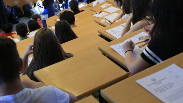 Varios estudiantes realizan una prueba en la Universidad Complutense de Madrid