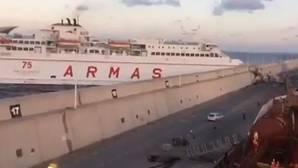 Momento de la colisión del buque de Naviera Armas en el Muelle Nelson Mandera del puerto de Las Palmas