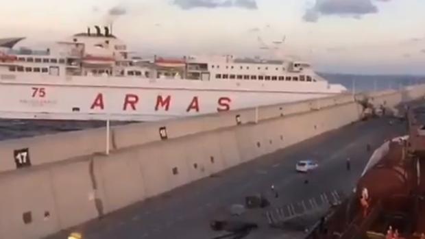 Salvamento mar timo sigue sus trabajos contra el vertido for Horario oficina naviera armas las palmas