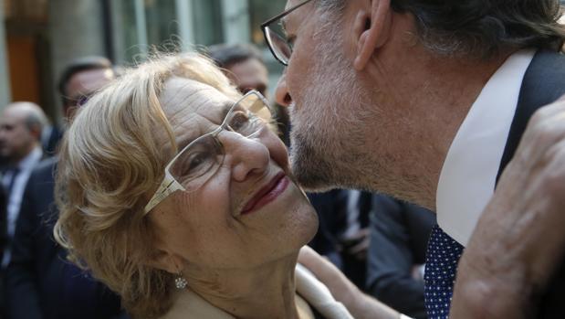 Manuela Carmena saluda a Mariano Rajoy, en una imagen de archivo