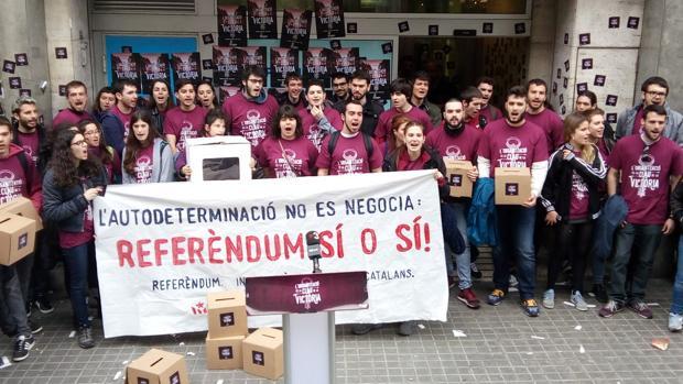 Manifestación de acoso en las juventudes de la CUP ante la sede del PP en Barcelona