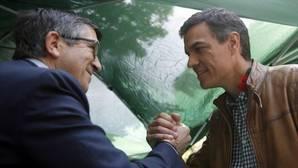 Los precandidatos a la secretaría general del PSOE Pedro Sánchez (d) y Patxi López se saludan en Las Ramblas