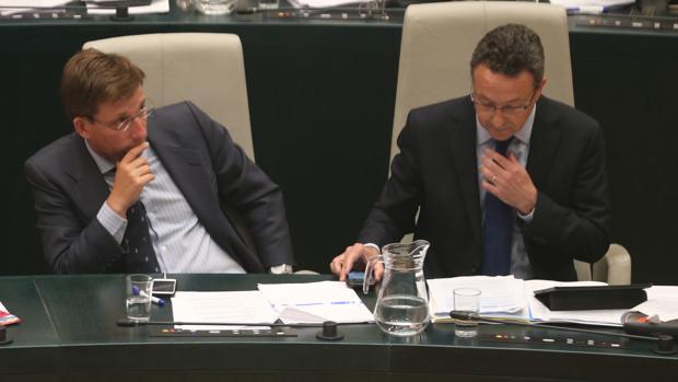 José Luis Martínez Almeida y Íñigo Henríquez de Luna en el asiento que ocupaba Esperanza Aguirre