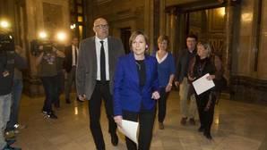 Corominas y Forcadell, en primer plano, y los otros miembros de la mesa investigados, detrás, en los pasillos del Parlamento de Cataluña